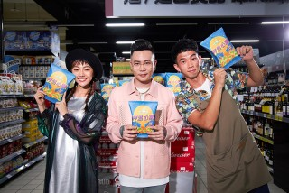 蕭秉治(中)《怦然心動》MV邀請王可元(右)、李柔(左)演出。