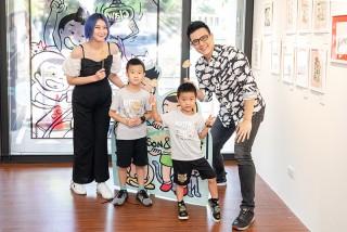 蔣偉文(右)辦插畫展,老婆(左)帶著兩個兒子獻上「便便餐包」。