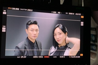 梁舒涵(右起)現身謝祖武洗髮精廣告,被本尊電到直小鹿亂撞。