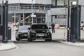 新一代的純電Macan原型車將全副武裝偽裝上路,展開第一次道路測試。