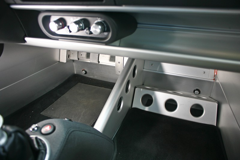 這是Exige S的車室底板,不知道你會以簡陋還是充滿工藝美感作為評判,但我會以此答案作為你是不是真車迷的裁斷。