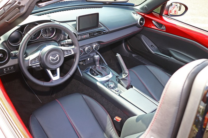 內裝一派Mazda調調,但敞篷設定輕易讓人熱血沸騰。