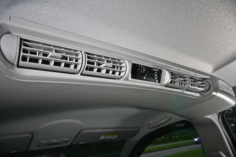 後排天花板不只擁有出風口,而且還配備獨立鼓風機,以後座而言實在冷到沒得比。