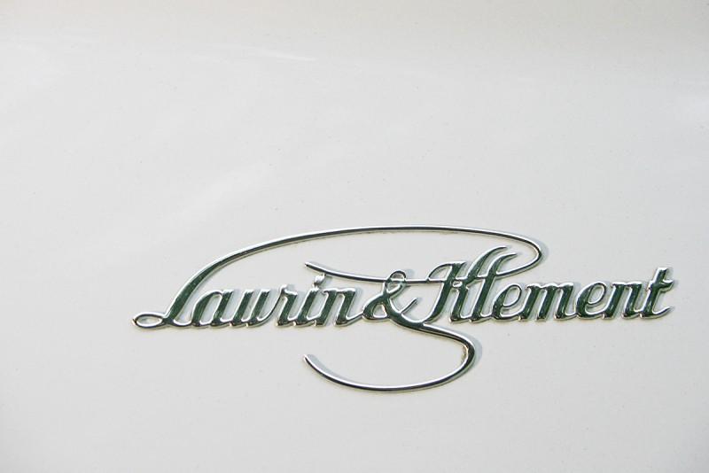 L & K豪華套件組,內容包含後窗及後擋暗色隔熱玻璃 、19吋鋁圈、 後座電調前乘客座、彩色行車電腦顯示幕、全車內部LED照明、行李廂定置網與重低音10喇叭音響系統。