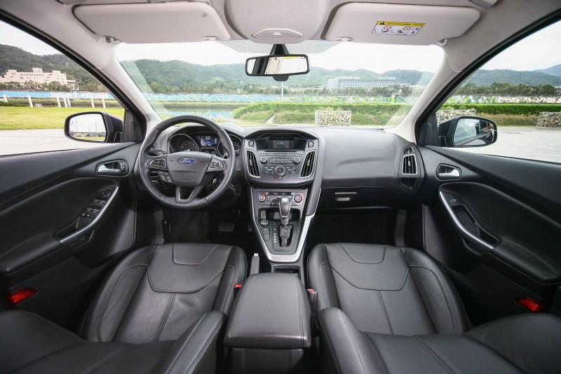 Ford Focus為了營造更為運動化的操作感,刻意將座著點往下放,營造較為寬敞的前座乘坐空間。