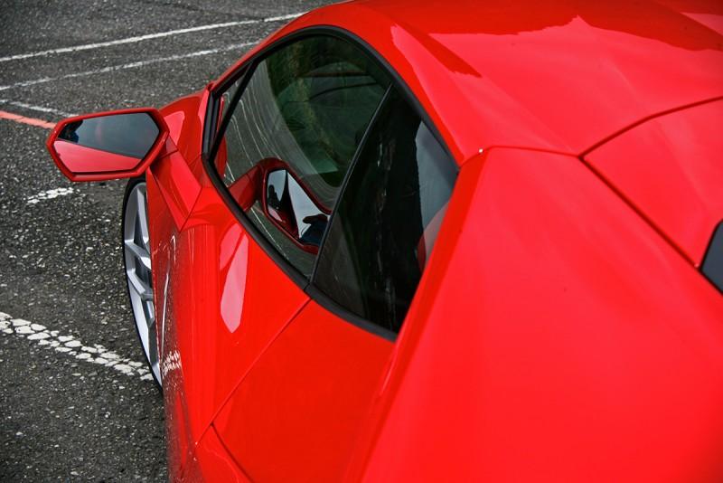 漂亮的C柱輪廓,映著再也忍不住想要打開坐進去的駕駛座車門。