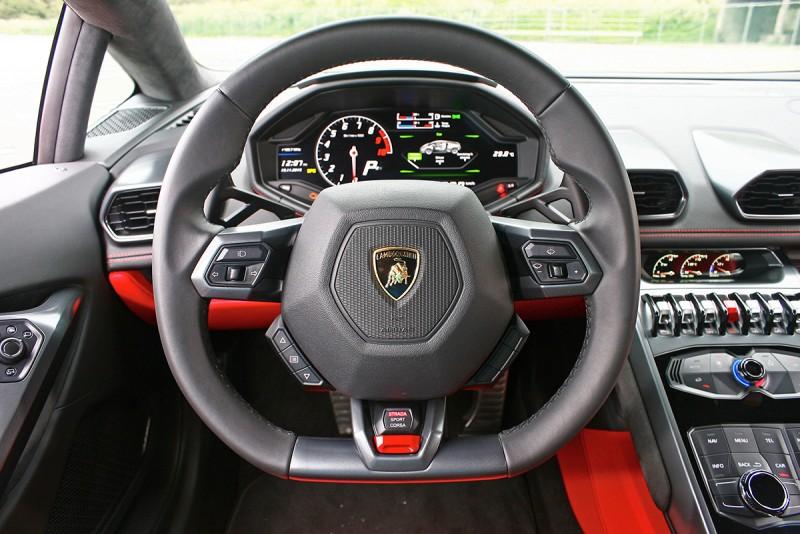 方向盤下方,聰明到贏過我認識超過一半以上腦袋的Lamborghini ANIMA動態駕駛模式選擇器介面就在這裡。