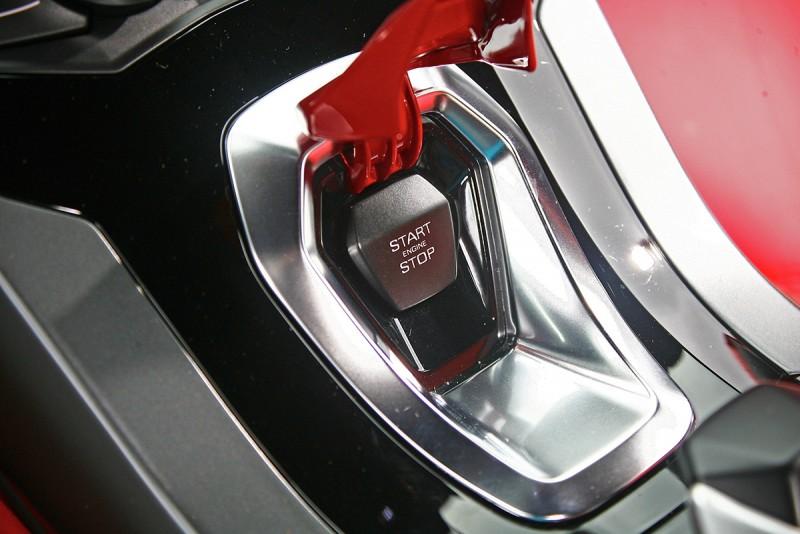 啟動引擎前,必須得先打開有著完美紅色烤漆的飾蓋。