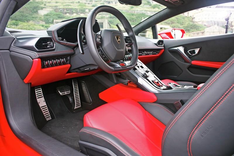 車艙很科技也很前衛,但是這不正是Lambo品牌的保守傳統?