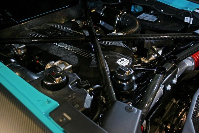6.5升V12引擎堪稱自然進氣性能狂最後的救贖,750匹最大馬力更是足足較Aventador LP 700-4多出50匹來!