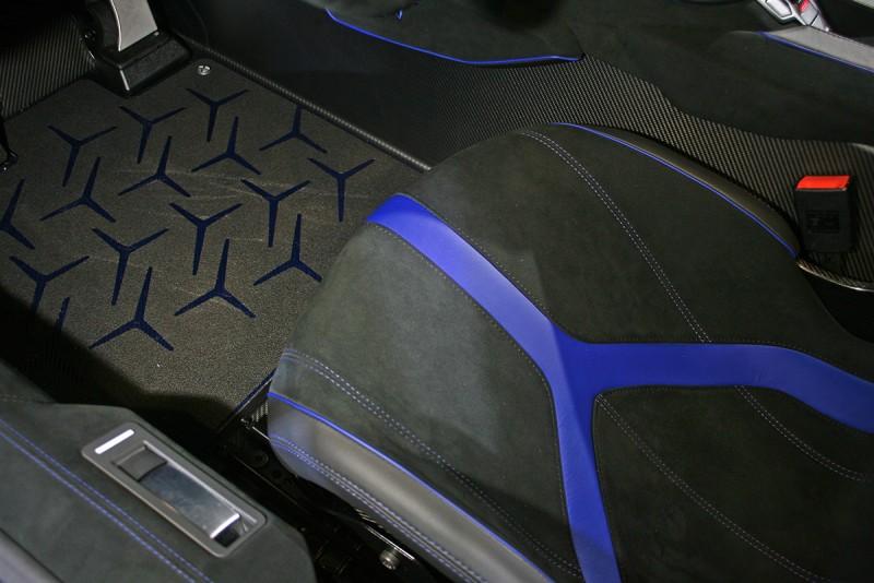 連地毯也充滿象徵Aventador的多角符號圖騰。
