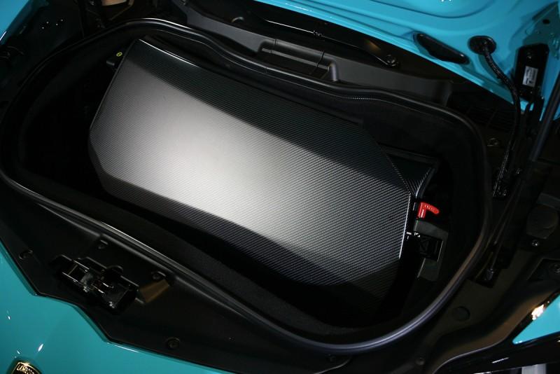 可拆式碳纖維硬頂可收納在車頭行李廂內。