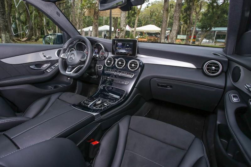 新世代風格同樣導入座艙內,充滿科技與摩登氛圍,用料與細節質感依舊擦亮Mercedes-Benz的豪華招牌。