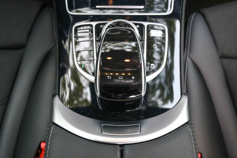 COMAND介面設計如精品般精雕細琢,周圍更有車輛設定相關操作介面。