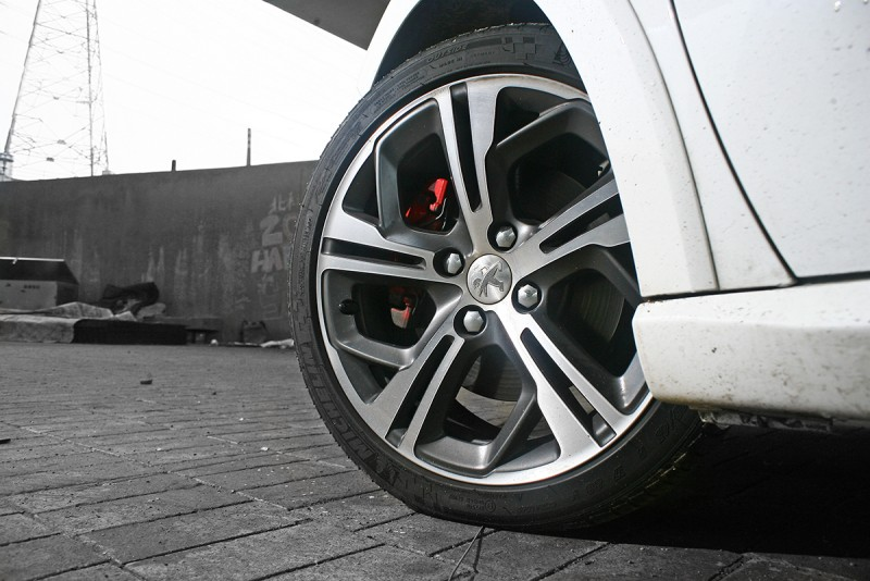 17吋鋁圈殺氣騰騰,205/45 R17的跑胎比例恰到好處。