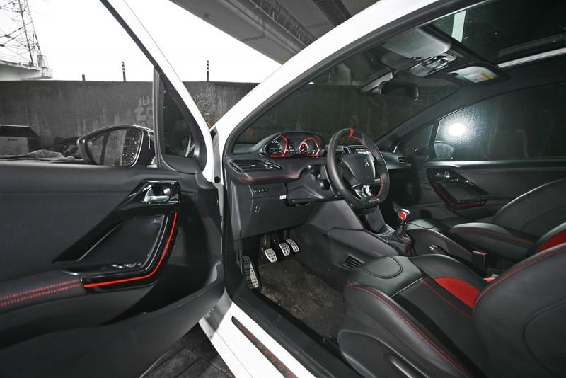 歡迎上車!208 GTi的車室肯定對了許多人的胃口,雖然,對筆者來說好像太年輕了些...