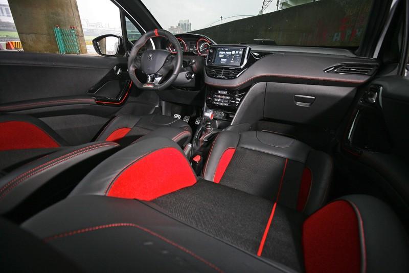 紅黑配色的車艙熱血奔放,但細究依舊保持208車系的好質感。