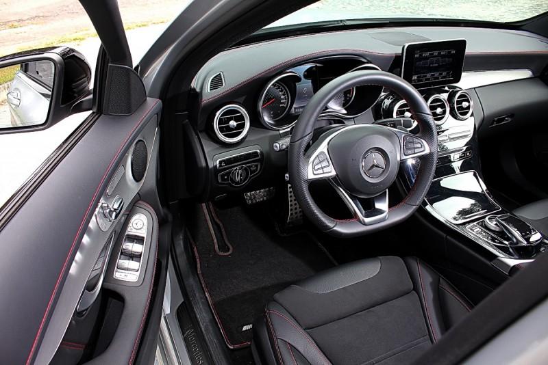 車內設計繼承C-Class的簡潔細膩高質感