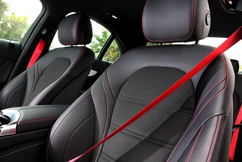 全車採用紅色縫線與同色安全帶