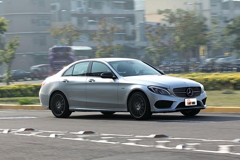 367hp動力搭配四驅系統讓C450 AMG加速又穩又快