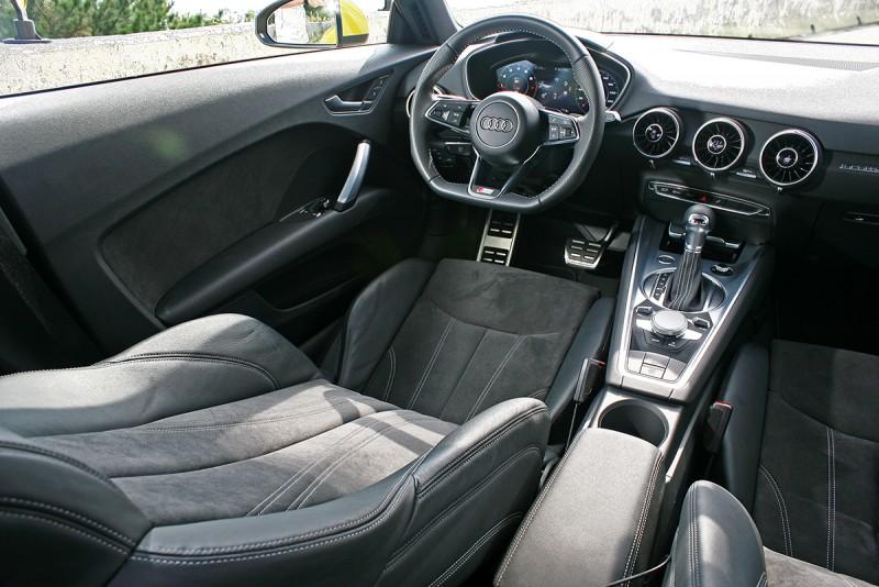 座艙不以極簡自居,但卻兼容時尚與跑格感度。
