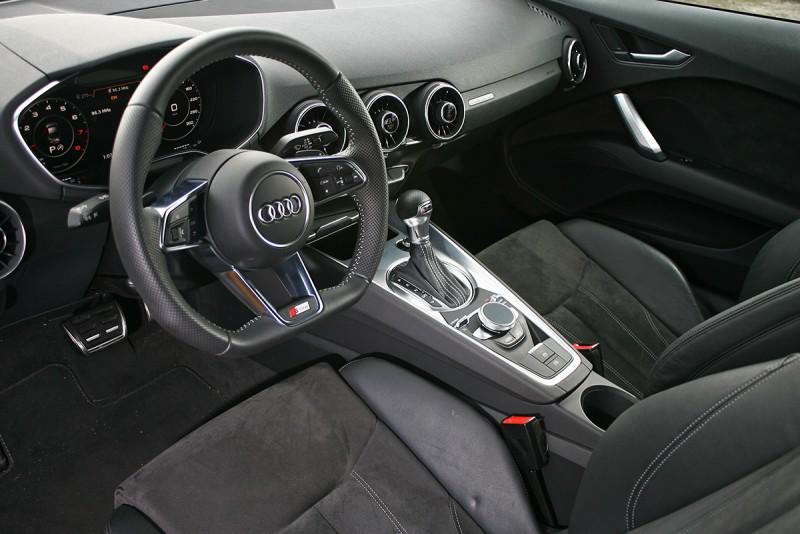 簡潔的介面方便駕駛者集中注意力於動態反應之上。