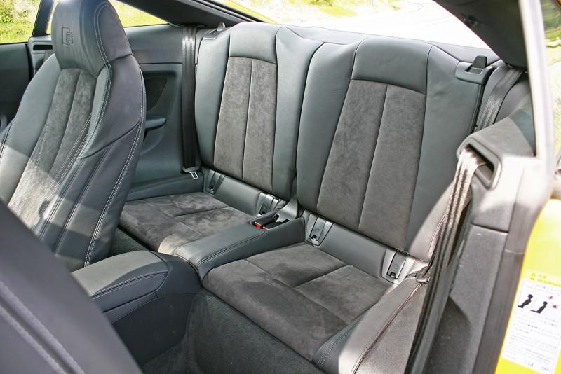 2+2設定的後座依舊緊緻,但比起前代空間還是略略有放大。