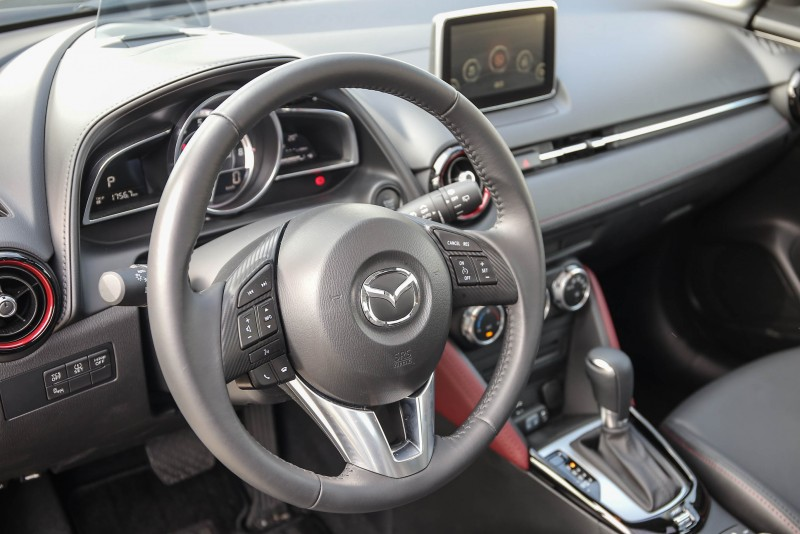 與Mazda2大抵相同的座艙風格,透過材質與細節的點綴更添個性。