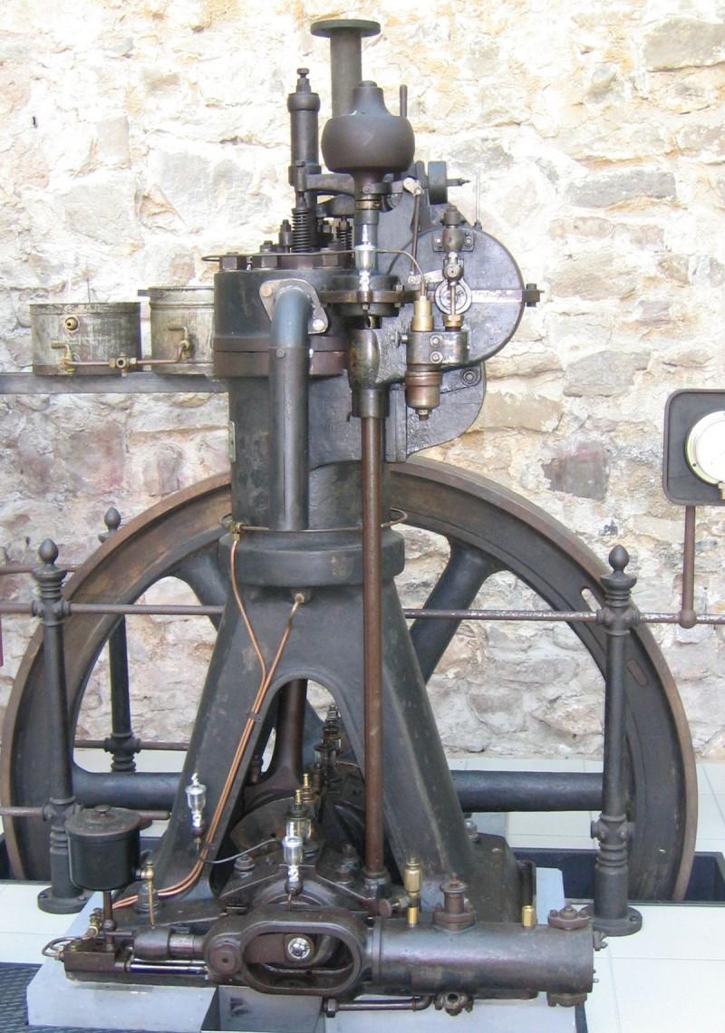 早在一個世紀前,柴油引擎所採用的壓燃式內燃機設計便已被發明(圖為1906年MAN AG所製造的柴油引擎)。