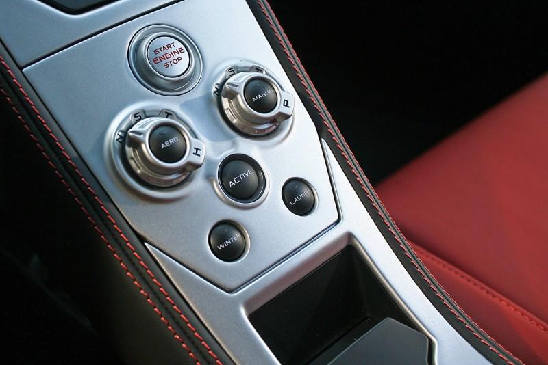 駕駛模式選擇鍵於排檔介面前方,方向盤旁立即可及之處。