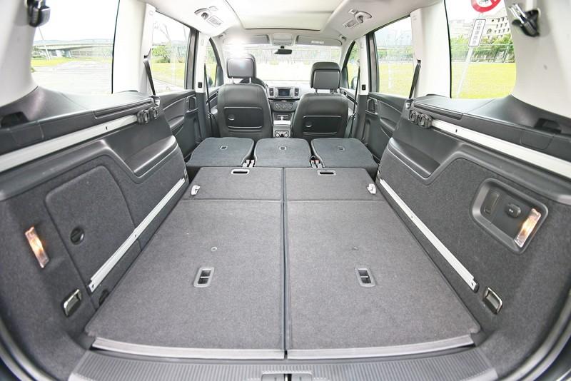一旦將中後排座椅全部收折,這時共計2297公升的行李容積感覺連機車都可以輕鬆騎進去!