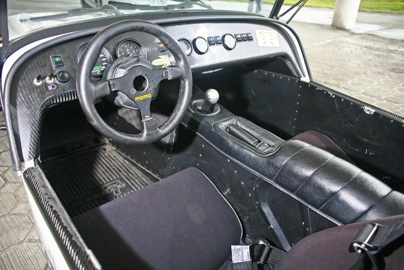 駕駛介面簡約到像是一次世界大戰戰鬥機座艙,無需美感衡量,純粹就是一切!