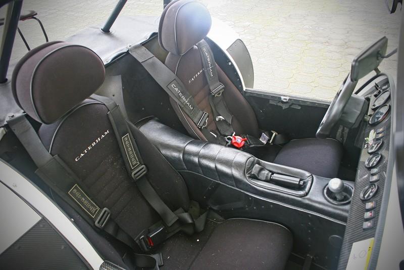 兩張不可調桶型座椅以及四點式安全帶,確保能將你緊緊綁在車內。
