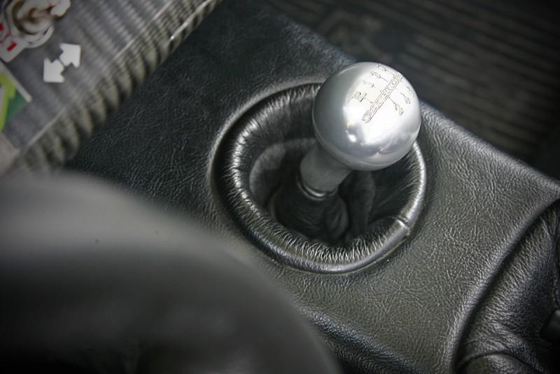 六速手排行程短捷,堪稱車上的靈魂角色之一。
