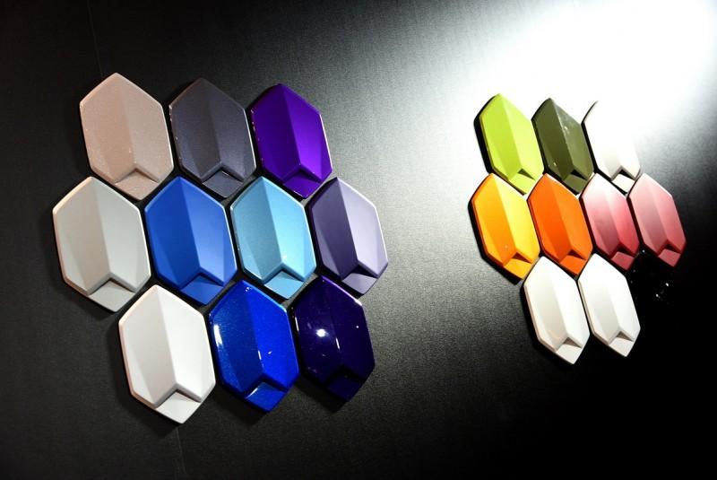除了各種顏色皮革之外,純色金屬或珍珠質感的漆面也有多色可供選擇。負責展示漆色的鈑件塊同樣以六角造型與三稜線條設計,有如精品般讓人愛不釋手