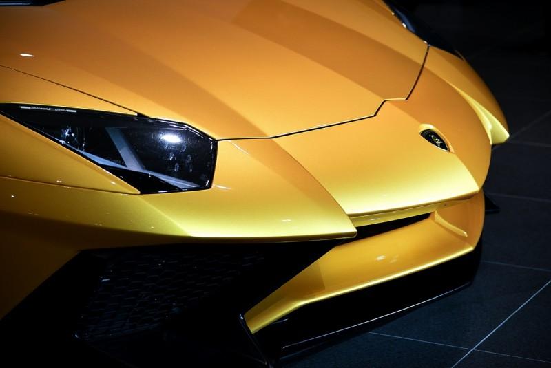 展示車客制化Aventador SV LP 750-4選用深金色金屬漆Oro Adonis,近看能發現閃爍的金粉顆粒,透過燈光遠眺也有豐富的深淺調子變化,陽光下應該更美