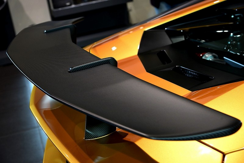 正車尾看起來像某種飛行器,整個狂放到極點阿!誇張的P Zero Corsa胎寬與後下分流器還有四出尾管讓我明白而且確定車子發動的時候絕不能待在這個位子。碳纖維尾翼角度可以三段手動調整,支架幾乎穿過車身與底盤結合成為結構的一部份,或許這樣才能支撐尾翼在高速行駛時產生的龐大下壓力
