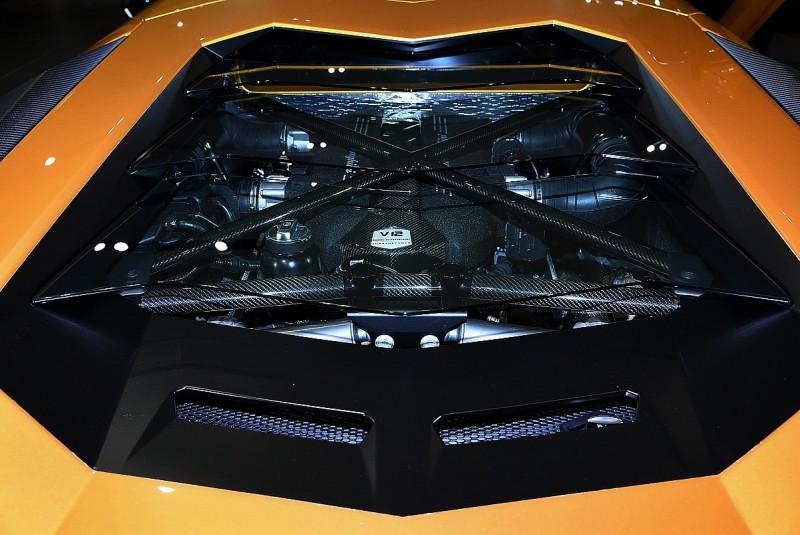 透明百葉窗引擎蓋讓我們拍引擎顯得更輕鬆,碳纖維引擎飾蓋與拉桿則是好看又能牢牢的固定引擎室空間