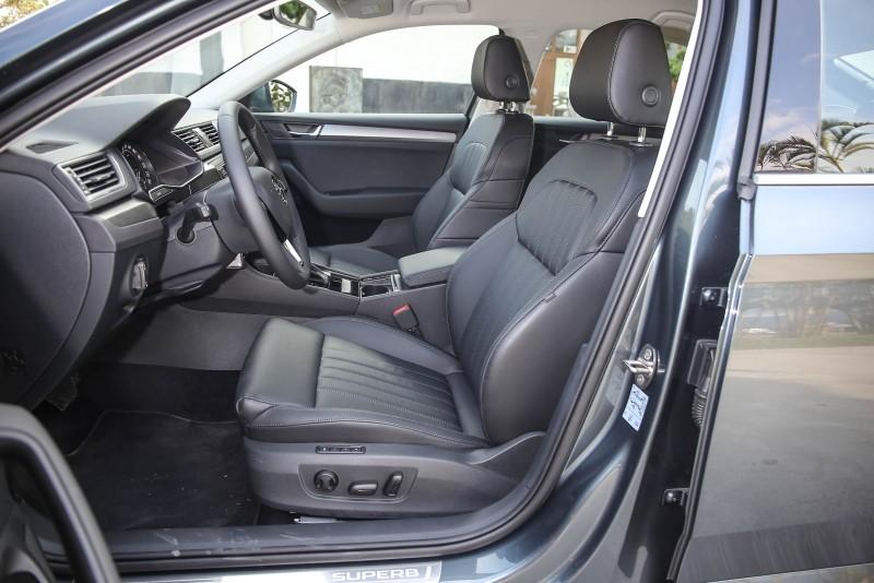 前排座椅皆具備8向電動調整機制。