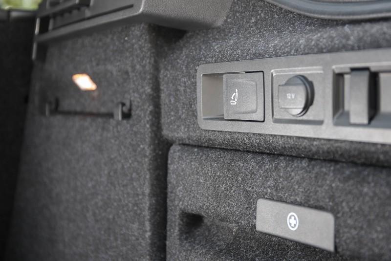 後廂兩側具備拉桿可迅速將後座椅椅背傾倒,提升使用便利度。