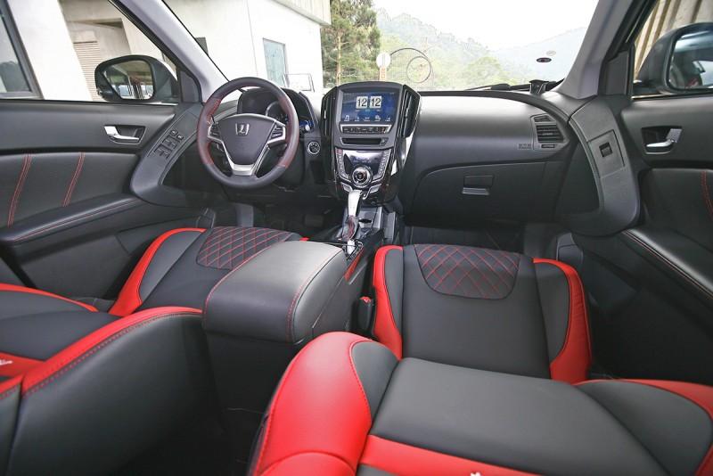 透過飾板以及座椅的特殊處理,座艙氛圍相當熱血且富質感。