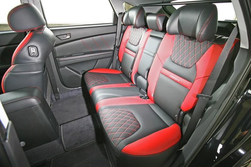 後座椅背角度直挺,但拿掉行李廂擋桿與座椅止傾機制後,還可再向後調整出更舒適的角度。