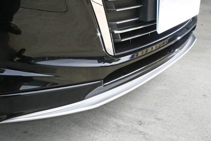 前保桿下緣鑲進一道霧銀色定風翼。