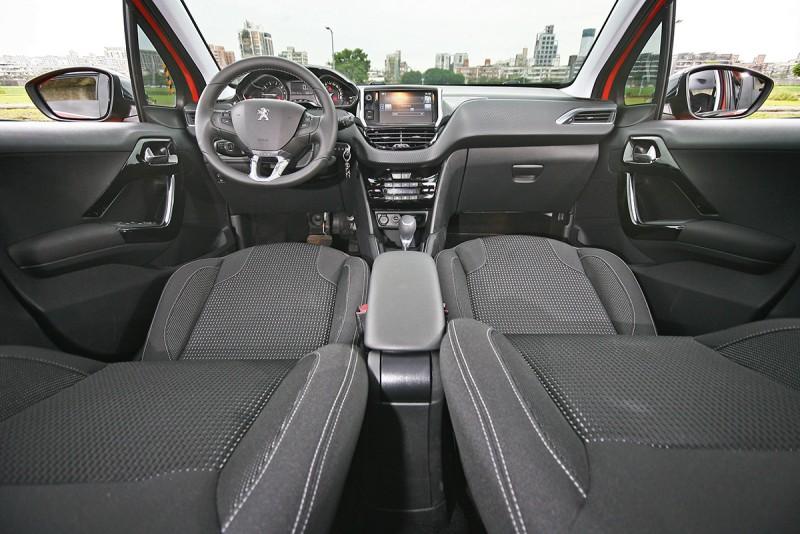 車室內變動相當輕微,但是質感依舊維持高標準範疇。