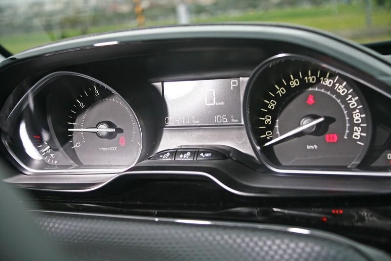 儀錶依舊容易為方向盤所阻擋是駕馭介面的小小缺陷。