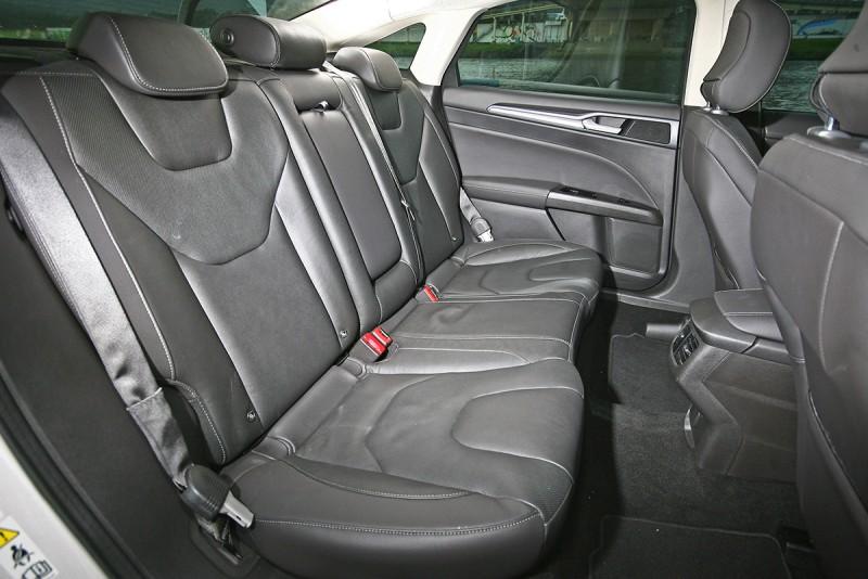 後座空間與坐著高度是選擇Mondeo的第二個原因,由於家母年邁,對爬上SUV高車身的動作敬謝不敏。