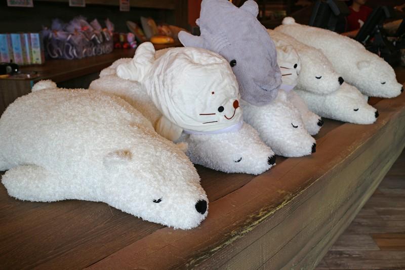 海生館入口處小賣店的北極熊布偶也太療癒了吧!