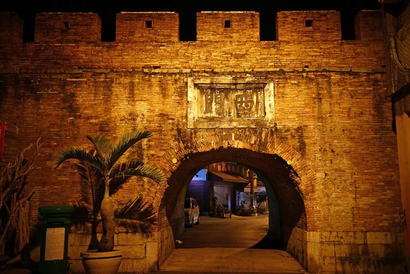 這天晚上的落腳處在恆春這個古城,裡頭的四個城門各自擁有不同姿態。