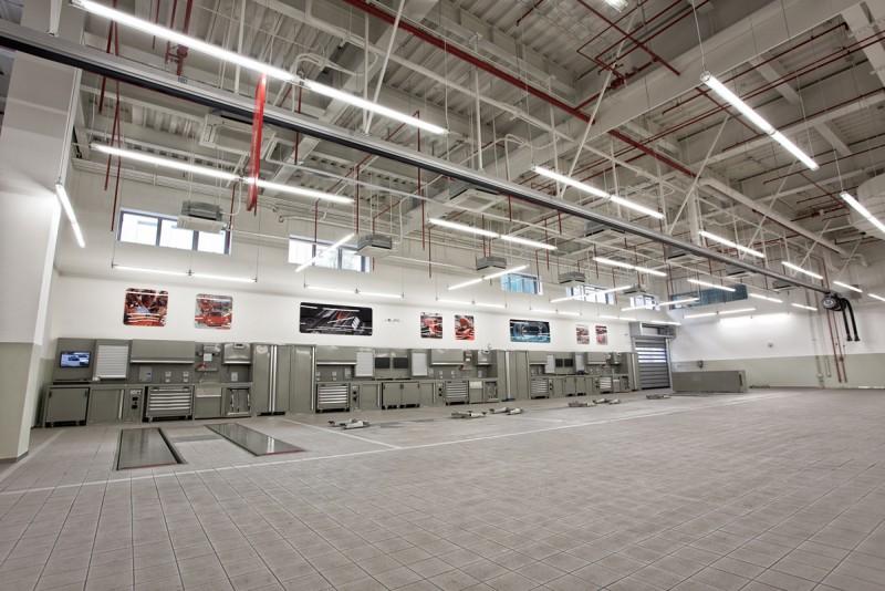 服務區採無柱挑高設計,維修工位皆加大為長8米、寬4.5米空間,讓工程師、施工車輛與鄰近工位彼此間零干擾,並附設空調系統打造舒適工作環境。