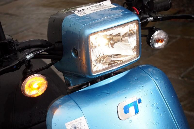 EM25的大燈方向燈在天候不佳時與夜間都能提供額外照明與辨識度